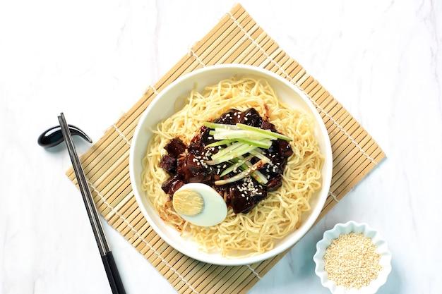 Close up jajangmyeon или jjajangmyeon - корейская лапочка с черным соусом.