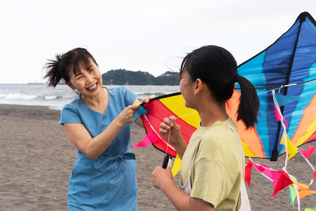 Primo piano sulla famiglia giapponese che si diverte