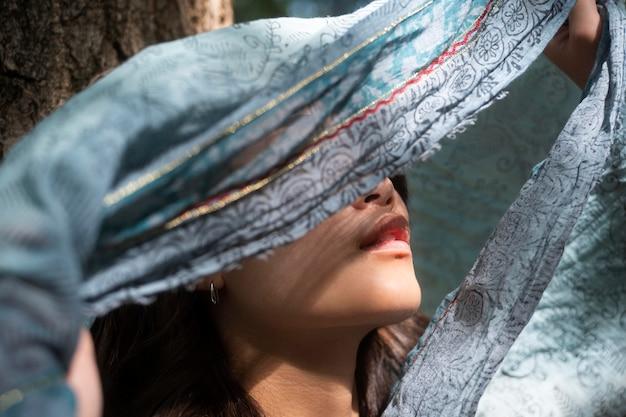 Крупным планом японская женщина позирует с тканью