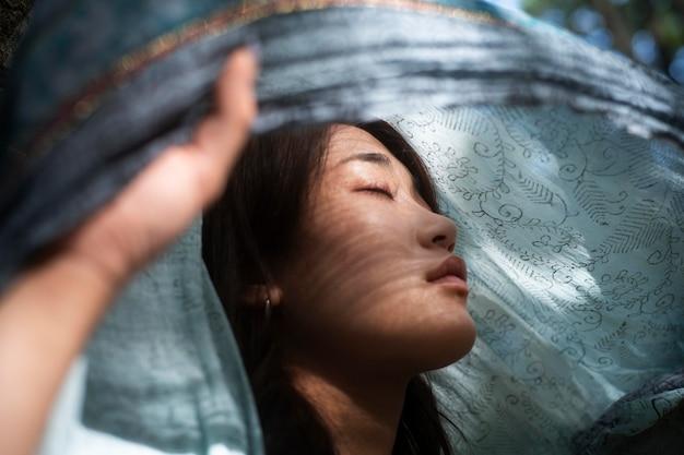 ポーズをとる日本人女性をクローズアップ