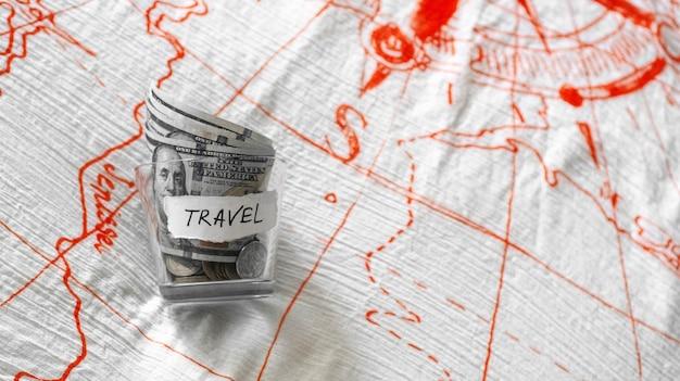 旅行のお金で瓶を閉じる