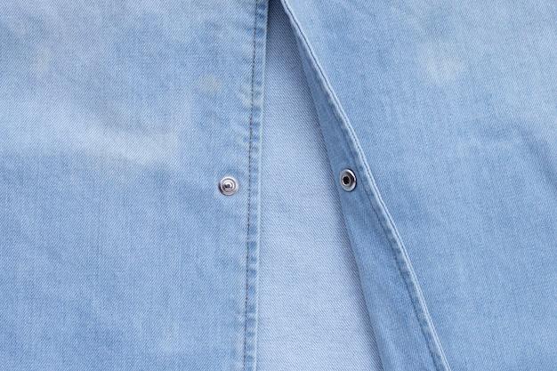 Закройте вверх по текстуре рубашки джинсов. копировать пространство