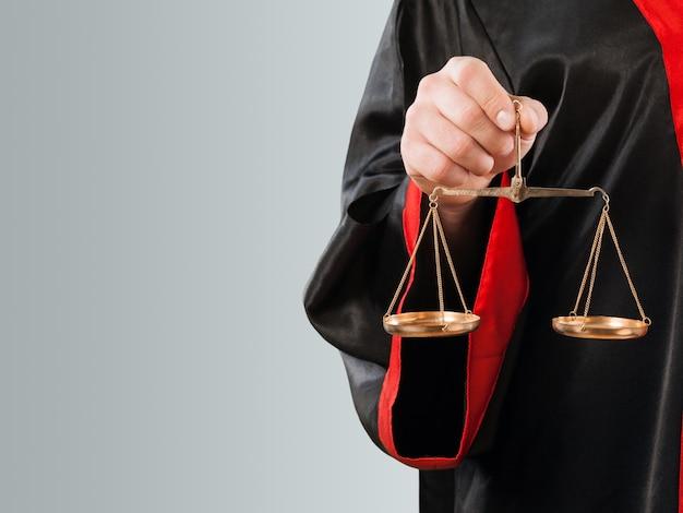 法廷でスケールとクローズアップ裁判官