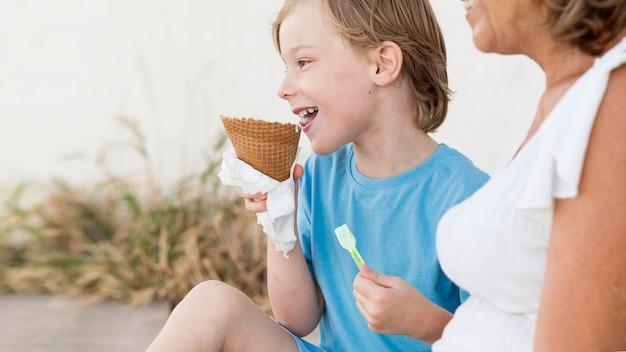 Крупным планом ребенок и бабушка с мороженым