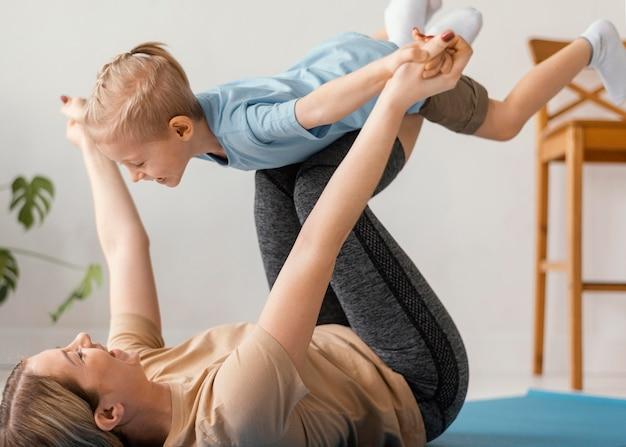 Крупным планом ребенок и женщина упражнения