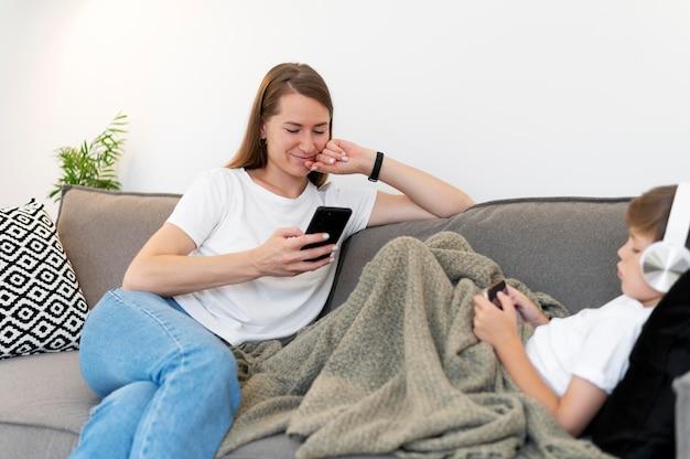 Крупным планом ребенок и женщина с устройствами