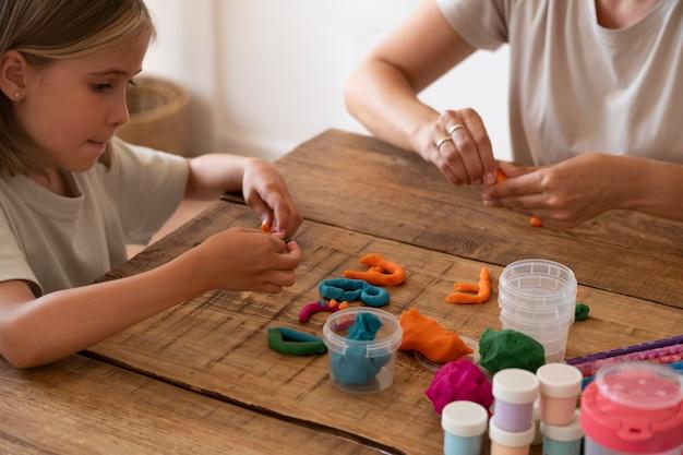 Крупным планом ребенок занимается творчеством дома