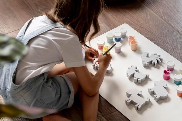 家で創造的である子供をクローズアップ