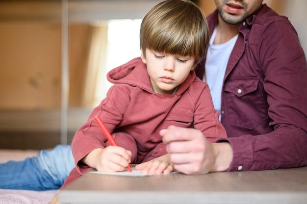 Детский рисунок крупным планом