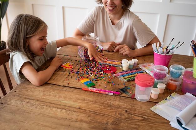 Крупным планом ребенок весело учится
