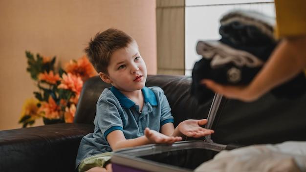 Крупным планом ребенок помогает с багажом