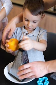클로즈업 아이 들고 과일