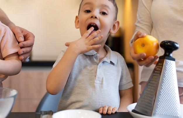 Крупным планом ребенок на кухне