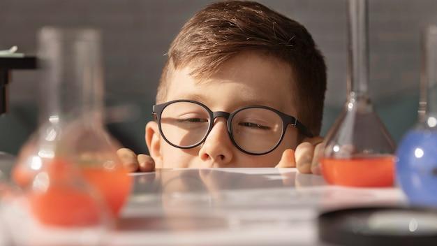 Крупным планом ребенок в лаборатории