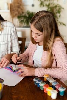 Крупным планом ребенок рисует бабочку