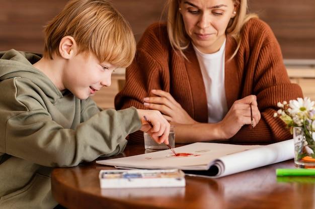 紙に絵を描くクローズアップの子供