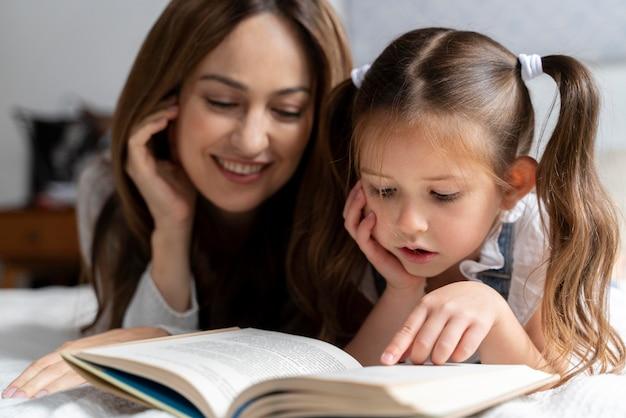 Primo piano sul bambino che trascorre del tempo con sua madre