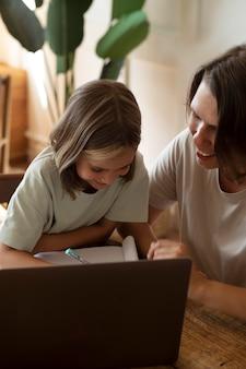 Primo piano bambino che studia a casa