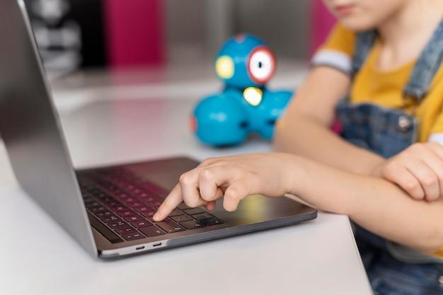 Крупным планом ребенок печатает на клавиатуре