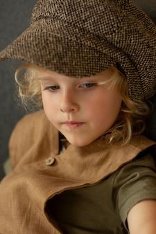 Ragazzo che indossa un cappello da vicino