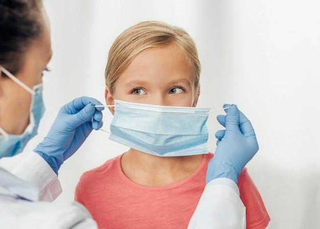 医療マスクを身に着けているクローズアップの子供