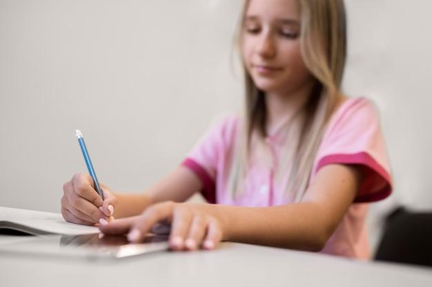 Primo piano sul bambino durante una lezione di educazione tecnologica