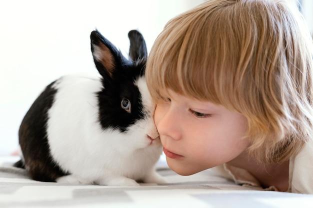 かわいいウサギと子供をクローズアップ