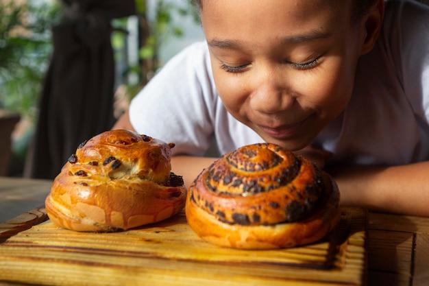 Close up kid con delizioso dessert