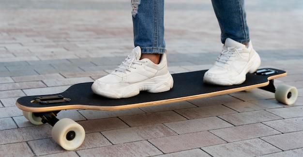 スケートボードで子供をクローズアップ