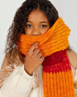 Крупным планом ребенок с теплой одеждой