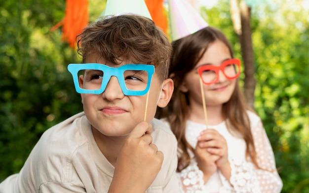 誕生日パーティーで子供たちをクローズアップ