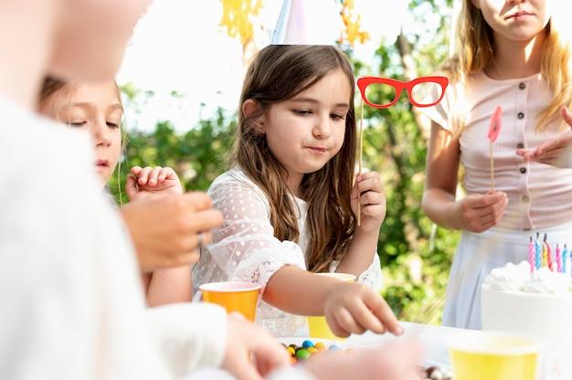 テーブルで子供たちをクローズアップ