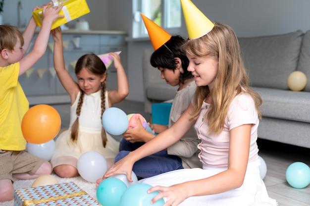 Bambini ravvicinati che festeggiano il compleanno