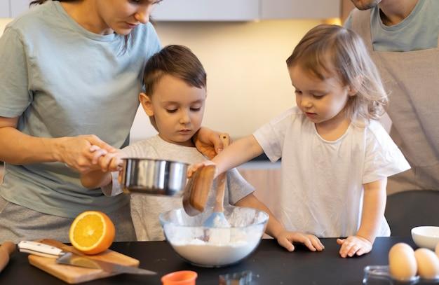 부모와 함께 요리하는 클로즈업 아이