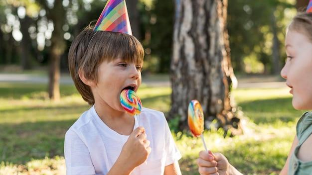 ロリポップを食べるクローズアップの子供たち