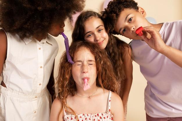 パーティーの笛を楽しんでいる子供たちをクローズアップ