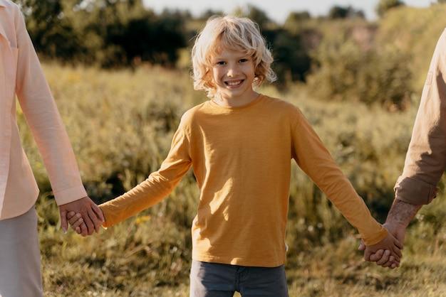 親の手を握って子供たちをクローズアップ
