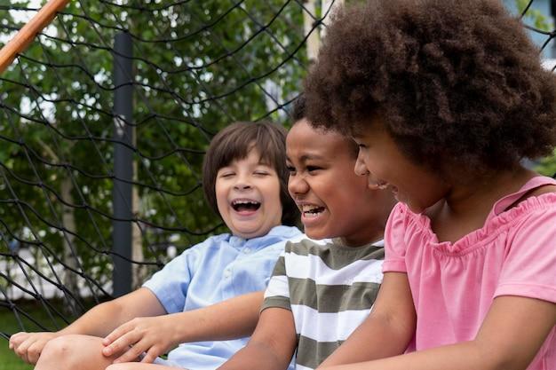 屋外で笑っている子供たちをクローズアップ