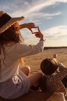 Bambini del primo piano che esaminano il cielo
