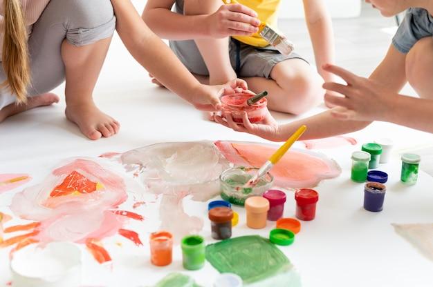 チームとして絵を描く子供たちをクローズアップ