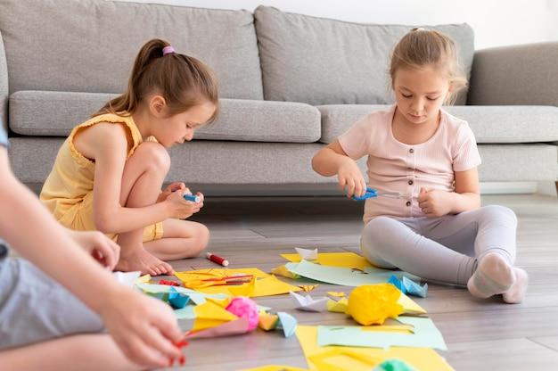 Bambini ravvicinati che giocano sul pavimento
