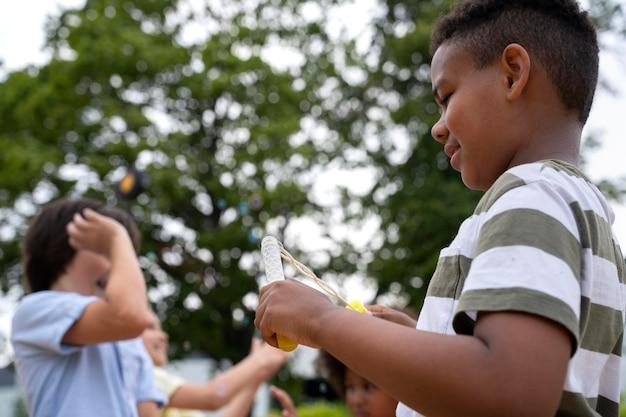 屋外で遊ぶ子供たちをクローズアップ