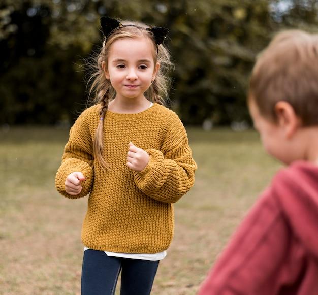 Дети крупным планом играют вместе