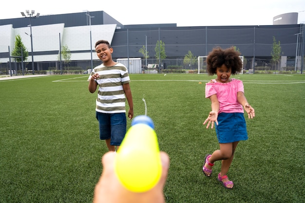 水鉄砲で遊んでいる子供たちをクローズアップ