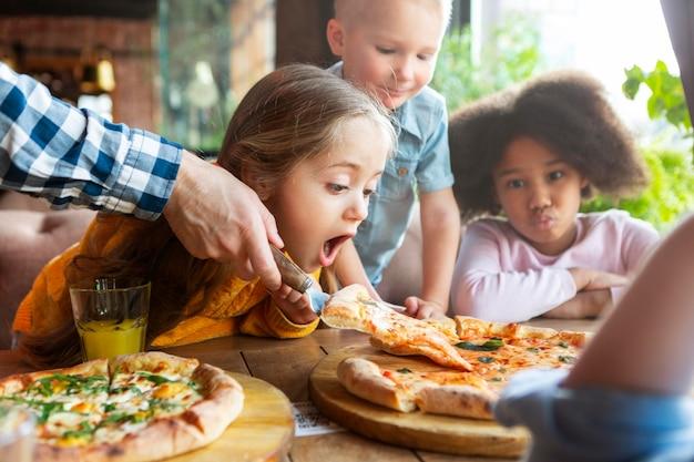 맛있는 피자로 아이들을 닫습니다.