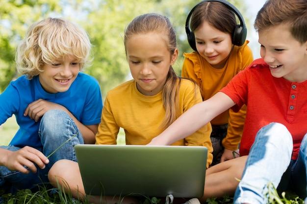 노트북과 헤드폰으로 아이들을 닫습니다.