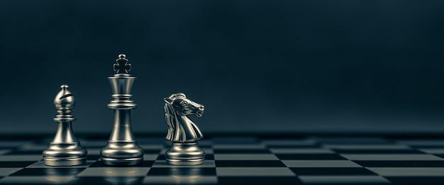 Крупным планом король шахмат епископ и рыцарь, стоя в команде на шахматной доске
