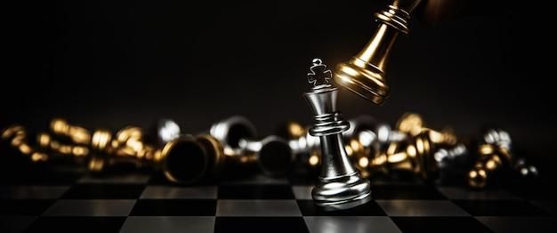 チェス盤で戦っている王のチェスをクローズアップ