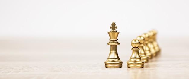 列の前にあるクローズアップのキングチェス。