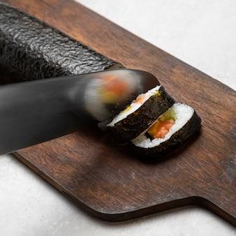 クローズアップナイフカット寿司